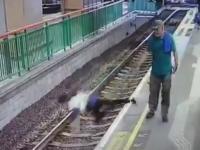 Femeie, împinsă pe șinele de tren la o stație de metrou din Hong Kong. VIDEO