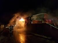 Incendiu violent la un service auto. Traficul pe DN1, complet blocat. VIDEO