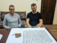 Comoară găsită de 2 tineri într-o pădure din Bihor. Sute de monede din argint din epoca romană