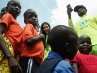 Kanye West și Kim Kardashian, vizită în Uganda. Au donat pantofi sport unor copii orfani