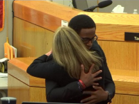 Momentul emoționant în care o polițistă este îmbrățișată de fratele tânărului pe care l-a omorât
