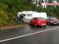 O mamă care îşi ducea copiii la şcoală cu maşina, lovită de 2 autovehicule diferite