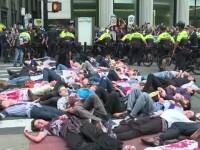 Proteste pentru climă în mai multe orașe. Activiștii din New York, întinși pe jos cu vopsea roșie