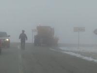 Trafic oprit pe Transalpina din cauza zăpezii. Turiștii, surprinși de vremea rea