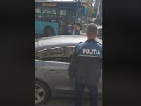 Video viral. Doi polițiști din București, certați de un trecător pentru că au parcat neregulamentar