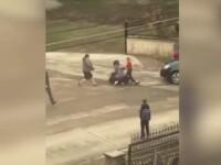 Imagini șocante în Suceava. Două femei s-au bătut pentru un loc de parcare