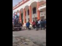 Un primar din Mexic a fost legat de o mașină și târât pe străzi de localnicii furioși