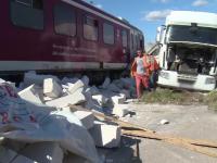 Accident feroviar în Dâmbovița. Un tren de călători a deraiat după ce a izbit un TIR