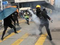 Proteste violente în Hong Kong. Manifestanții au atacat cu sticle cu benzină aprinse