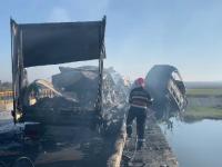 Un TIR a luat foc după ce a lovit capul unui pod peste Olt. Pasagerul, dispărut în râu