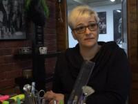 Scandalul de la frizeria din Braşov: casiera, agresată de poliţişti în prima zi de muncă. Un comisar a lovit-o în piept
