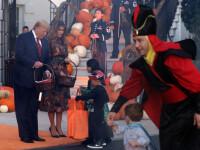 Halloween la Casa Albă. Cum și-au întâmpinat oaspeții Donald și Melania Trump. VIDEO