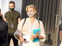 Cântăreața celebră criticată după ce a purtat o mască din plasă la un eveniment public