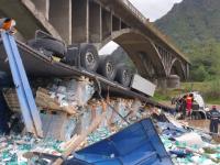 Accident teribil în judeţul Vâlcea. Un TIR s-a prăbuşit de la 10 de metri în râul Lotru