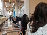 Îmbulzeală la mall-uri pentru cadourile de Crăciun. Oamenii se tem că vor fi închise, în carantină