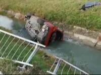 Un şofer de 28 de ani s-a răsturnat cu maşina în apă după ce a încercat să facă drifturi pe şosea