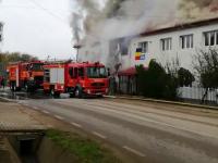 Un incendiu puternic a cuprins o școală din județul Alba. Câte persoane se aflau în instituție. FOTO