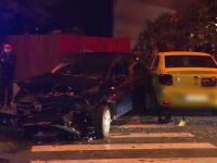 Două mașini s-au ciocnit violent în Capitală. Una dintre ele a fost proiectată în gardul unei case
