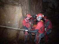 Exercițiu spectaculos de salvare. Cât a durat ca o tânără accidentată să fie scoasă din peșteră, de la 150 de metri adâncime