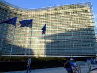 Comisia Europeană va analiza verdictul Tribunalului Constituţional din Polonia şi va decide asupra paşilor următori