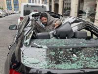 VIDEO. Un bărbat a supraviețuit miraculos după ce s-a prăbușit de la etajul 9 pe un BMW
