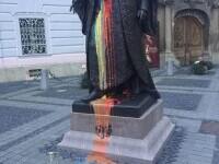 Statuia lui Brukenthal din centrul Sibiului, vandalizată în culorile tricolorului. Autorul a fost filmat