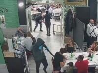 Teroare într-o pizzerie din Italia. Doi indivizi înarmați au jefuit clienții îngroziți. VIDEO