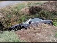 Două tinere au ajuns la spital după ce mașina în care se aflau s-a răsturnat într-un șanț