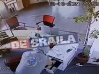 VIDEO. Momentul în care un hoț fură o sumă de bani dintr-o bancă din Brăila