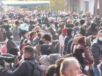 Mii de persoane au stat la coadă pentru a atinge moaștele Sfintei Parascheva