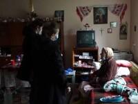 Bătrânii singuri au rămas ai nimănui. Sunt găsiți morți în casă, iar dacă sună la 112 sunt ajutați și după 3 zile