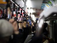O femeie a fost violată într-un tren, dar nimeni nu a intervenit să o ajute. Totul a fost filmat
