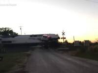 Momentul șocant în care un tren izbește din plin o platformă cu două mașini, blocată pe șine