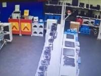 Femeia care a dat foc unui magazin de electronice dintr-un mall din București spune că era nervoasă. Cum a fost prinsă