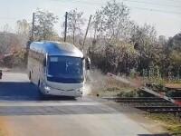 VIDEO Inconștiență maximă. Momentul în care un șofer de autocar spulberă barierele la o trecere cu calea ferată