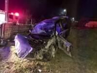 Un tânăr șofer a intrat cu mașina într-o curte și s-a oprit într-o movilă de pământ, în Argeș