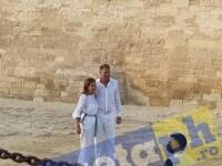 Klaus Iohannis și soția sa, în vizită la piramide în Egipt. FOTO