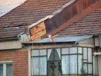 Se zbate intre viata si moarte, dupa ce a cazut de pe acoperis
