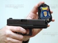 Un barbat din Bihor a fost oprit doar cu focuri de arma dupa ce a distrus o carciuma si a atacat doi politisti