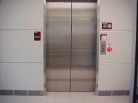 A murit dupa ce a cazut in putul liftului dintr-o cladire de langa un mall