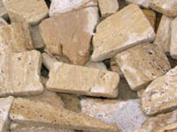 Pe timp de criza, unii romani scot bani din .. piatra