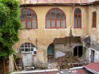 66 de oameni au crezut ca vor muri striviti de un zid care s-a prabusit!
