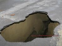 Crater urias in mijlocul autostrazii! Soferii si-au rupt masinile in doua