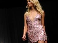Versace prezinta in noua colectie femeia tip Barbie