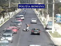 Romania, drumuri de cosmar. Ce pateste un motociclist care nu mai are chef sa stea in coloana. VIDEO