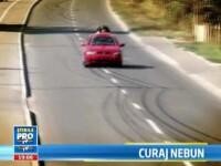 Omul-ventuza. VIDEO. Un roman a doborat recordul pe capota unei masini, la 200 km/h