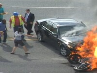 Motociclist salvat de trecatori de sub o masina unde era sa arda de viu. VIDEO