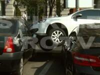 VIDEO. O soferita incepatoare s-a urcat peste trei masini parcate, in centrul Capitalei