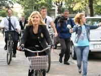VIDEO. Elena Udrea, pe bicicleta, dupa ce a declarat Ziua Fara Masini la Ministerul Turismului
