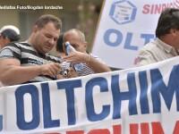 Scandalul Oltchim. Sute de angajati protesteaza ca nu si-au luat salariile. Directorul a demisionat